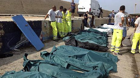 bolsas con cuerpos de migrantes fallecidos al naufragar frente a las costas de Lampedusa, Italia