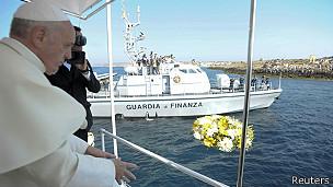 papa Francisco arroja flores al mar en Lampedusa
