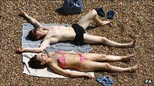 Bañistas al sol en la playa