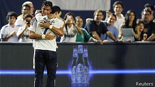 Un aficionado abraza a Ronaldo