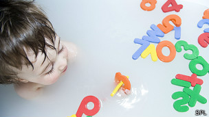 Niño en la bañera con letras