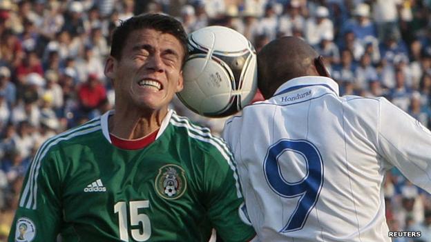 Una imagen del partido de eliminatorias entre México y Honduras en el Estadio Azteca..
