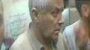 Imagem da TV al-Arabiya de Ali Zeidan sendo sequestrado
