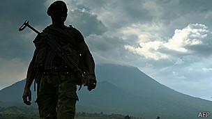 Soldado en Kibati cerca a Goma, con el volcán Nyiragongo al fondo