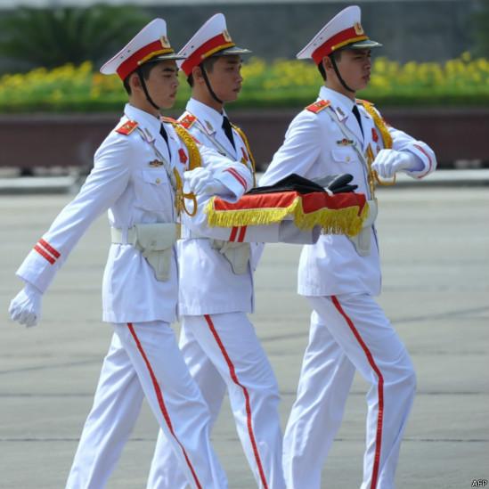 Các vệ binh trong trang phục trắng chuẩn bị lễ treo cờ rủ sáng nay trước lăng Chủ tịch Hồ Chí Minh