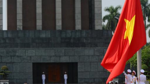 Nghi lễ hạ cờ để treo băng đen