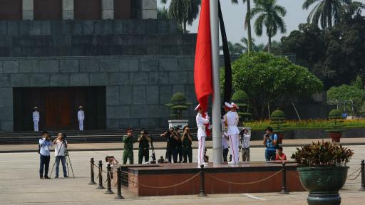 Kéo quốc kỳ ở trước lăng Hồ Chí Minh