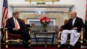 John Kerry y Hamid Karzai, reunidos en Afganistán