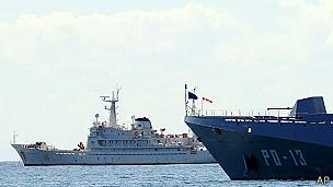 Barco panameño escoltado por buque venezolano
