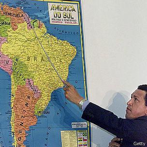 Hugo Chávez muestra el mapa en 2000