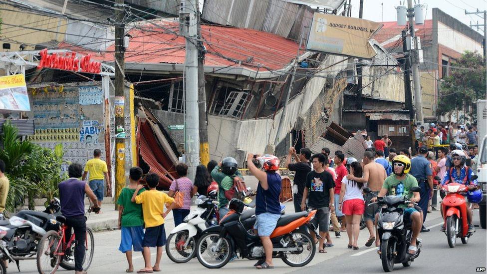 Personas se congregan en la calle