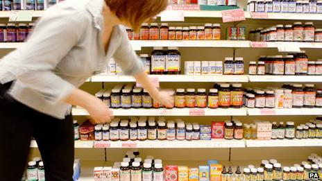 Mujer comprando vitamina K