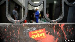 Cartaz de greve de professores no Rio (Ag Brasil)