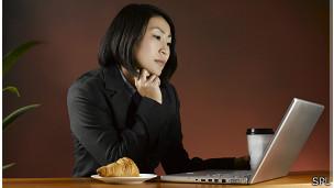 Mujer sentada frente al computador