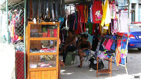 Puesto de venta de ropa en La Habana, octubre de 2013