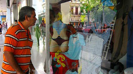 Un transeúnte mira la vitrina de una tienda estatal