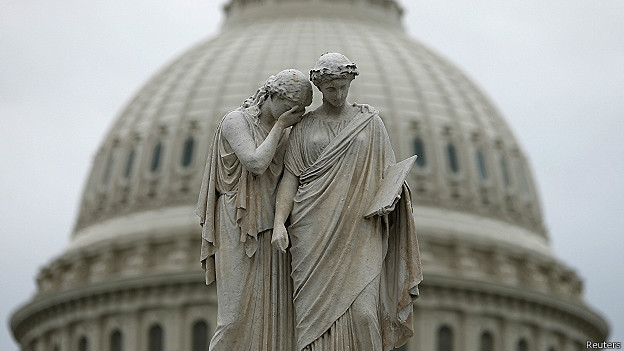 """Estatua """"Dolor e Historia"""" frente al Capitolio"""