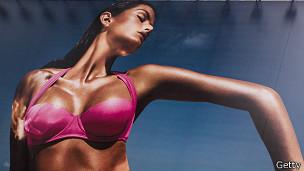 Cartel publicitario con mujer en bikini