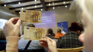 Женщина с купюрами в 50 евро