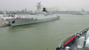 黄山舰(左)