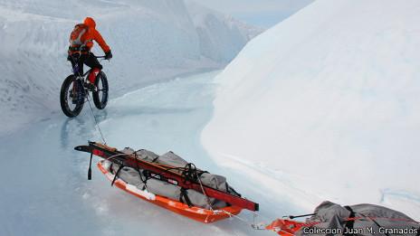 Tirando de los trineos con la bici en Groenlandia