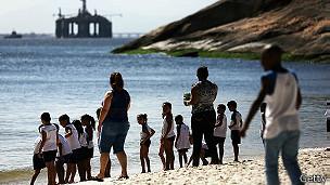 Playa y plataforma petrolera en Niteroi
