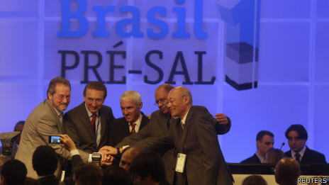 Representantes de empresas do consórcio vencedor. Foto: Reuters
