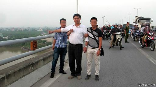 Ảnh của VietNamNet cho thấy bác sỹ Tường (áo trắng) đang chỉ chỗ vứt xác