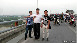 Bác sỹ Tường chỉ chỗ ném xác nạn nhân trên cầu Thanh Trì