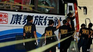 菲律宾警方探员检查康泰旅行社遭劫持的旅游大巴(27/10/2010)