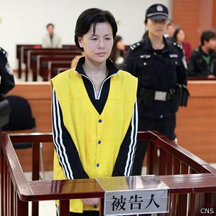 顾春芳在苏州市中院庭上站立听判(中新社图片23/10/2013)