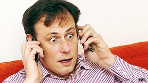 Hombre con celulares estresado