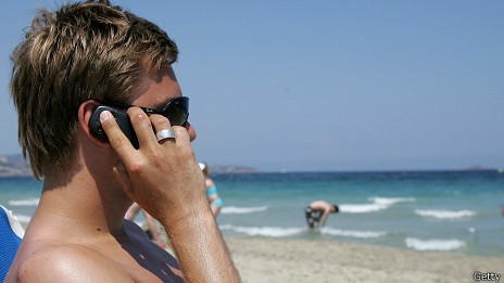 Hablando por teléfono en la playa