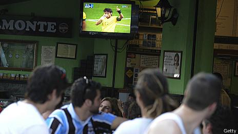 Clientes de bar ven partido de fútbol por TV