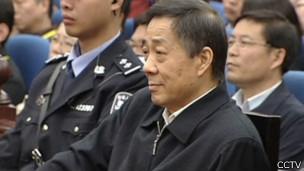 薄熙来在山东高院庭上就坐等候听判(中国中央电视台截屏25/10/2013)