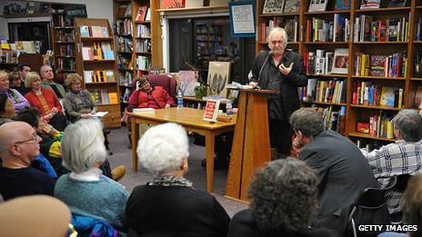 Henning Mankell lee en una librería