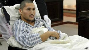 躺在病床上的冀中星在北京朝阳区法院出庭应讯(15/10/2013)