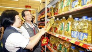 高雄市卫生局与消费者保护官巡查超市卖场的食用油产品(台湾中央社图片22/10/2013)