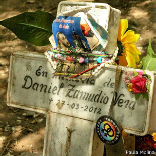 Cruz e homenagens a Zamudio (Foto: Paula Molina)