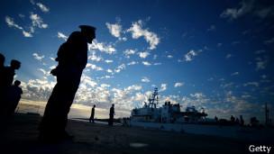 Navio da guarda costeira italiana chega a porto após resgatar 100 imigrantes (foto: Getty)
