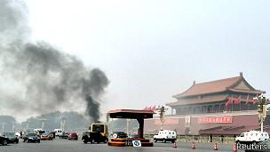 天安门广场撞车后起烟