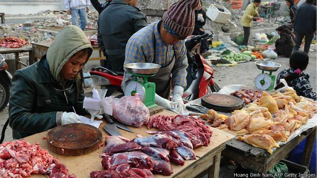 Người bán thực phẩm bên đường ở Hà Nội