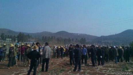 云南晋宁广济村村民聚集抗议征地(普永芳提供图片4/2013)