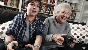 Abuela juega con nieto