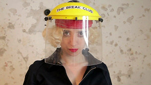 Mujer preparada para entrar al break club