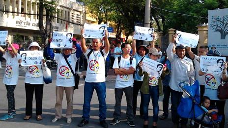 Những người ủng hộ Đinh Nhật Uy bên ngoài tòa tại Long An hôm 29/10