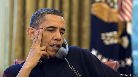 Obama con un teléfono (archivo)