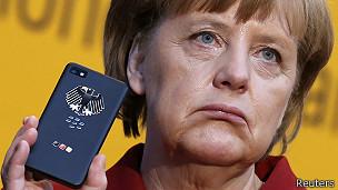 Merkel con un teléfono (archivo)
