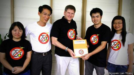 Ông Nguyễn Lân Thắng (thứ hai bên trái) và các blogger khác trao Tuyên bố 258 cho đại diện Human Rights Watch