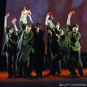 《红楼梦—梦红楼》中〈文化大革命中的军队〉一幕剧照(德国多特蒙德芭蕾舞团发放图片)